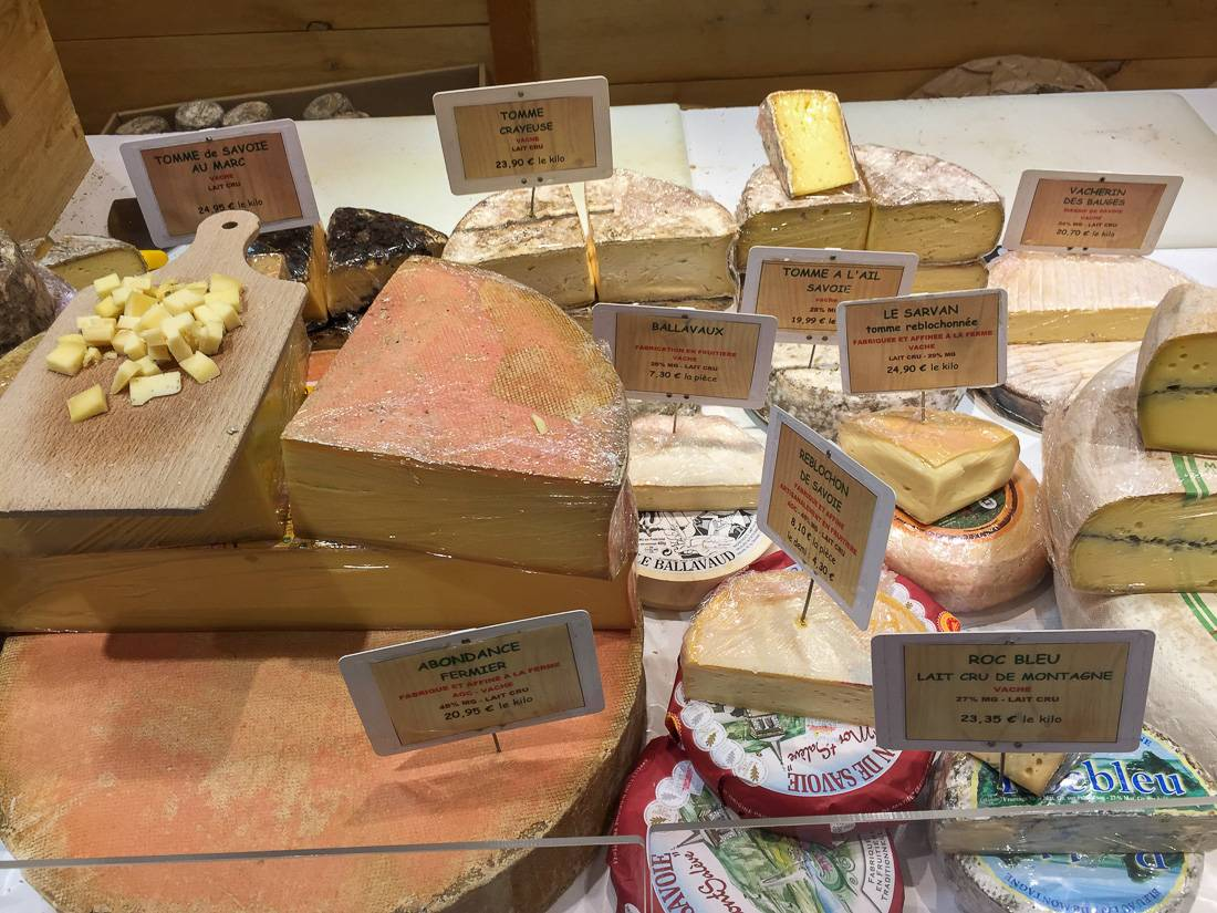 Сыр Комте — 1 500 рублей/кг (у нас он стоил в пределах 1 000 рублей), Эмменталь — тоже о