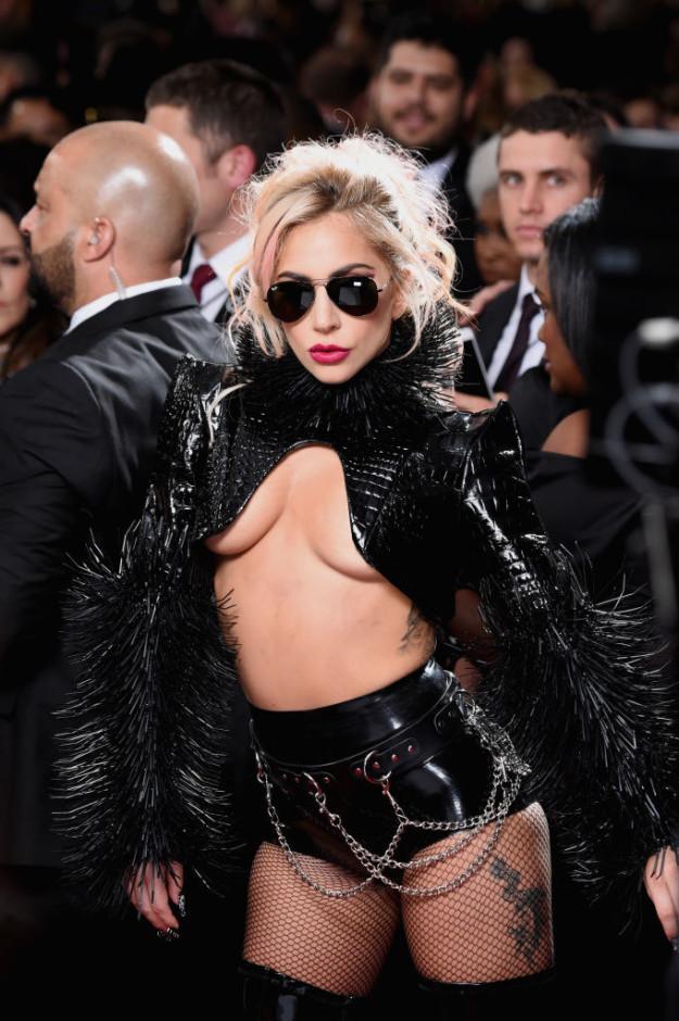 Леди Гага на «Грэмми» в 2017 году — уже после того, как собирала стадионы и взорвала своим выступлен