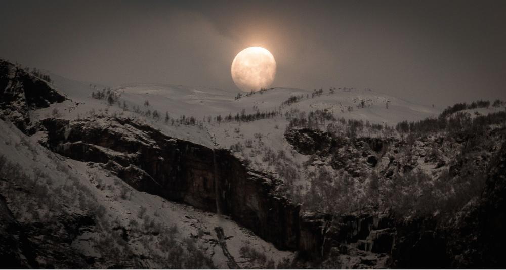 © Paul Edmundson/REX/Shutterstock  Луна всходит над норвежскими фьордами. Вэтих местах она вы