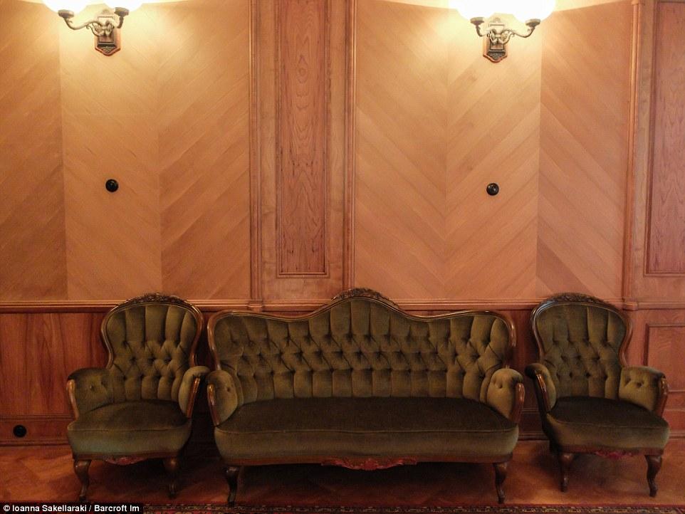 Интерьер выдержан в скромном и строгом стиле.