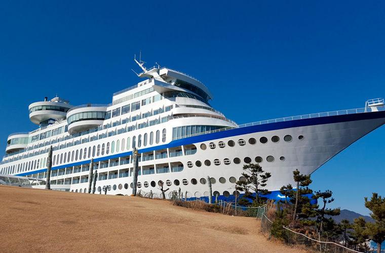 Sun Cruise Resort — действующий отель, в нем можно остановиться, там проводятся свадьбы и торжества.