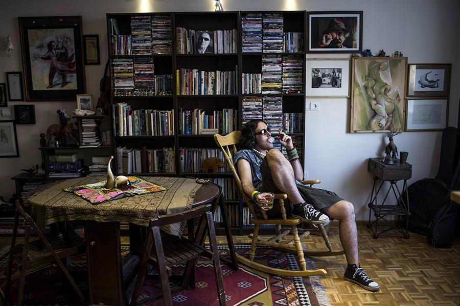 13. Эйлья — художник — пьет и курит в своем доме.