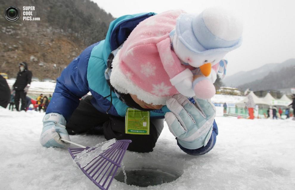 Девочка безуспешно ловит рыбу. (Chung Sung-Jun/Getty Images)