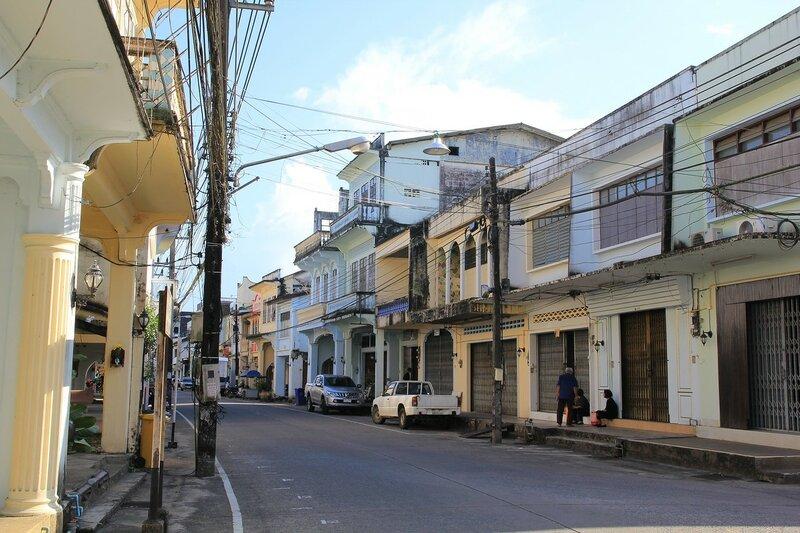 Шопхаусы на улицах старого города Такуа Па (Takua Pa, Таиланд), старинного китайско-португальского города