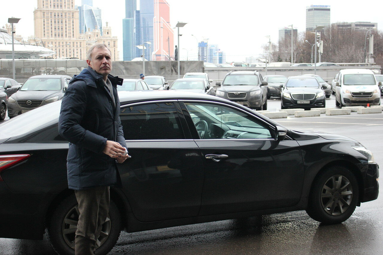 ко входу в Правительство подъезжали машины с чиновниками