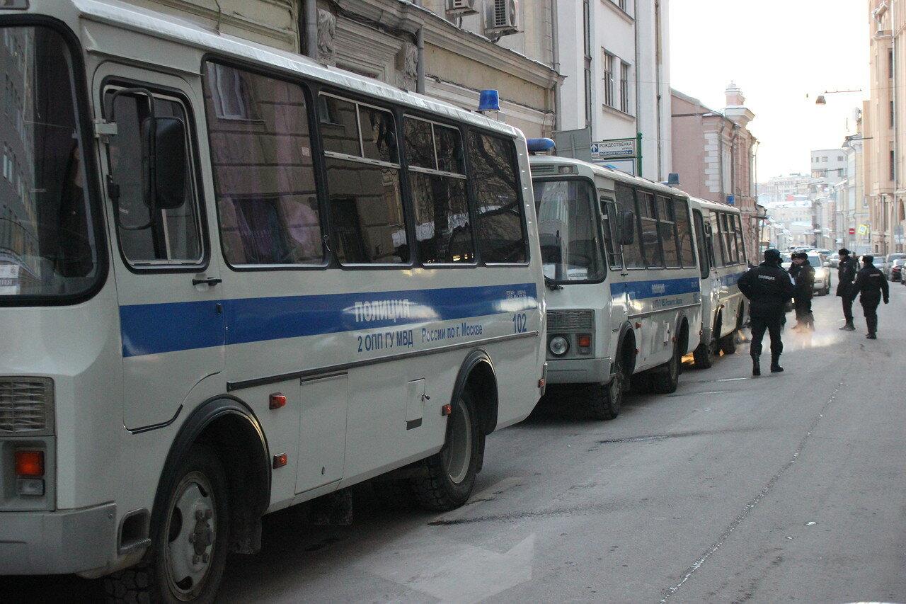 забиты автобусами полиции