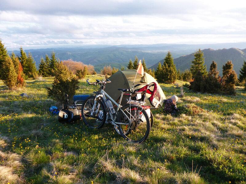 ночевка в палатке в горах Голия в велопоходе с ребенком