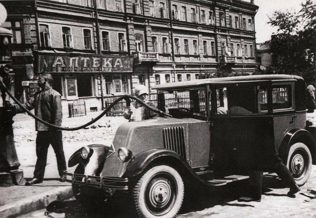 56504 Renault Маяковского на бензоколонке 29 Александр Родченко.jpg