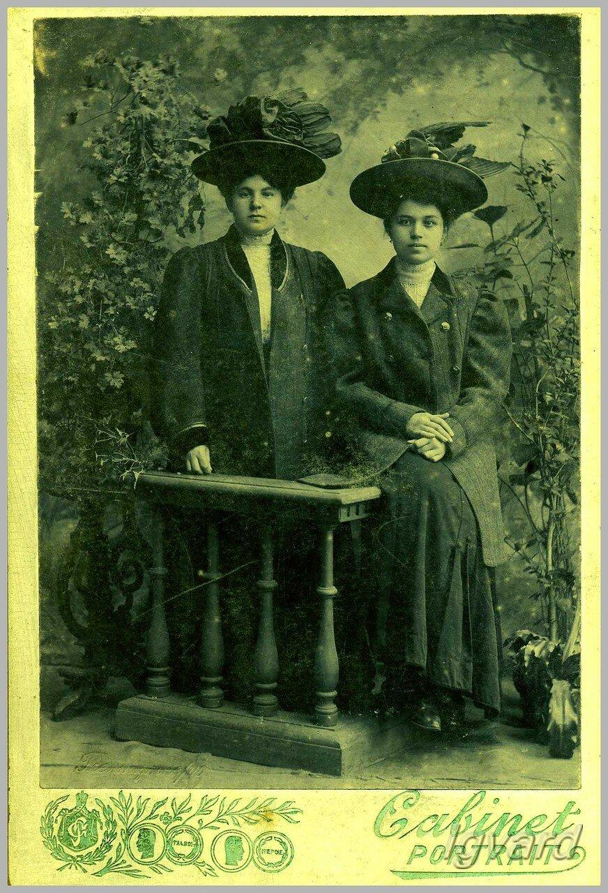 Анна Николаевна Аболышникова (Пятницкая) (справа на фото). 1903
