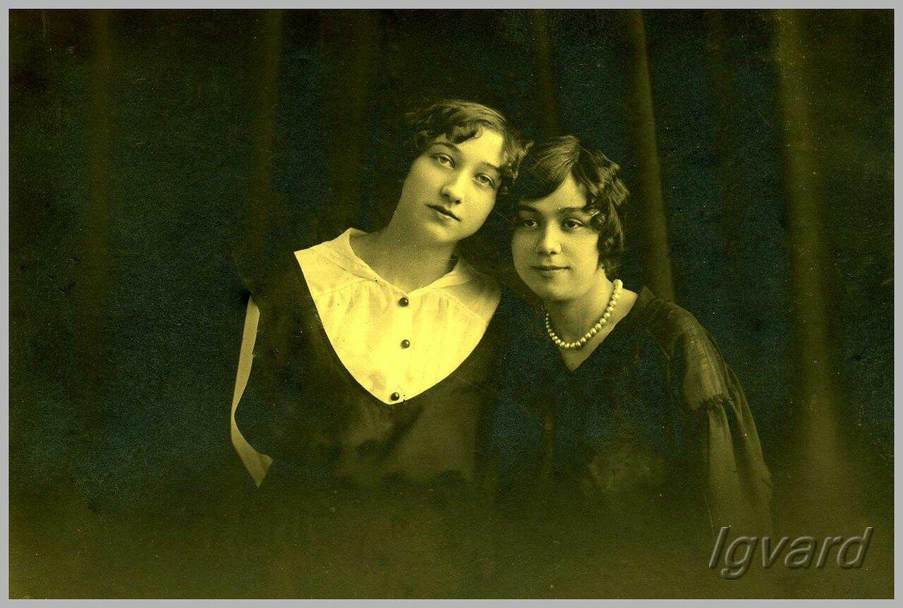 Елизавета Шнуркова (справа на фото). 1915