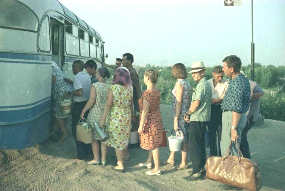 1966. На автобусной остановке. Волжский