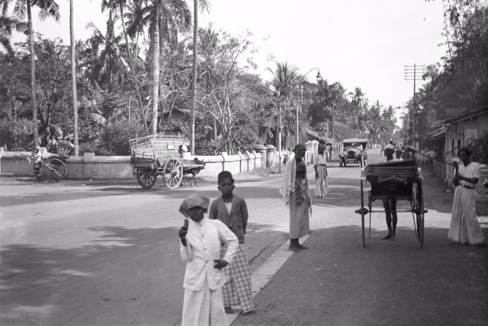 247. Оживленная улица в Бамбалапитии