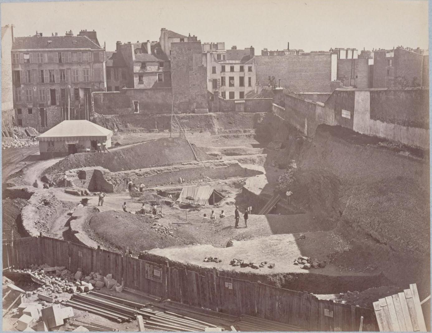 Вид на восточную сторону амфитеатра. На переднем плане полукруг арены для боя быков