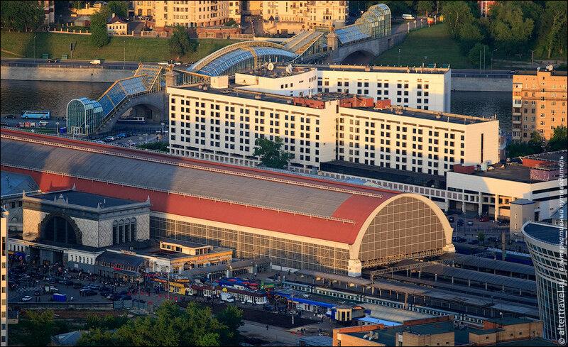 Киевский вокзал и пешеходный мост через Москва-реку