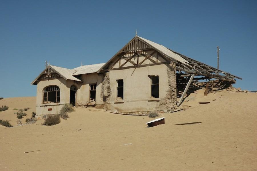 2. Из-за отсутствия воды и частых песчаных бурь, жить в городке было достаточно сложно. Именно поэто