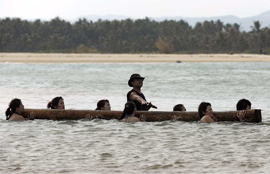 9. Первый урок проходил на пляже. Обязательный атрибут – купальник. (© China Daily/Reuter