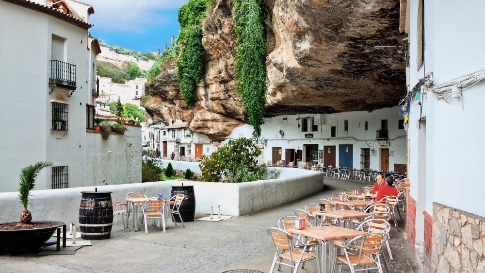 © depositphotos  Наюге Испании вскале уже 8веков стоит город под названием Сетениль-де-лас-
