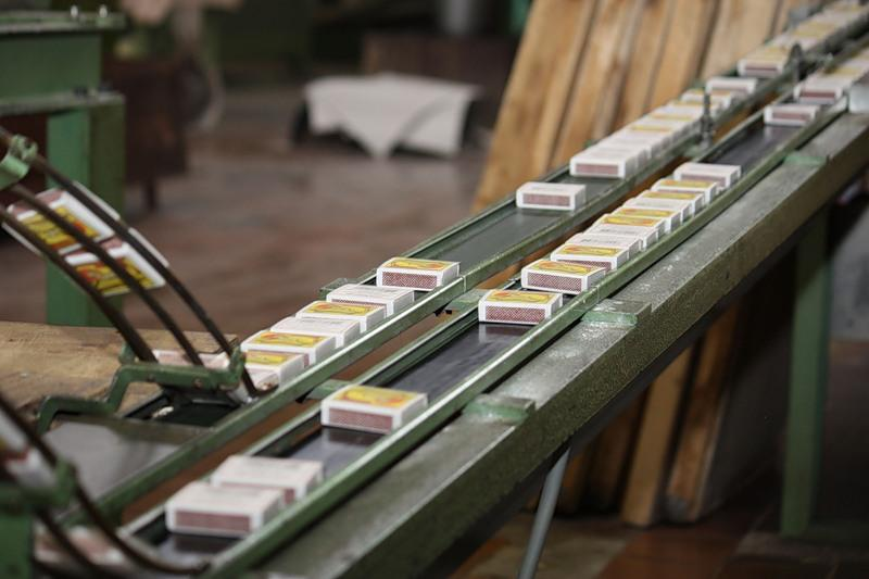 20.Дальше наполненные коробки упаковываются полиэтиленовой пленкой в блоки по 10 штук. Блоки упаков