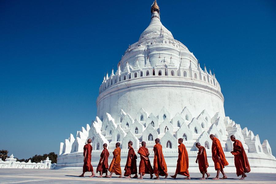 10. Монахи возле пагоды Синбьюме-Пайя