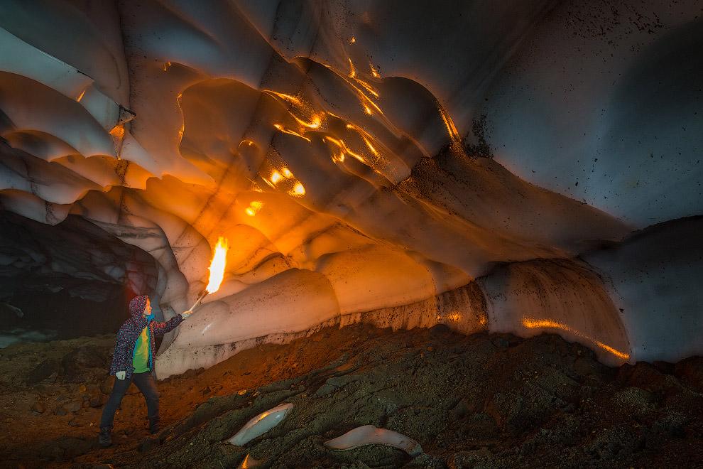 16. Но есть и небольшие пещеры, где можно достать рукой до сияющего почти всеми цветами радуги