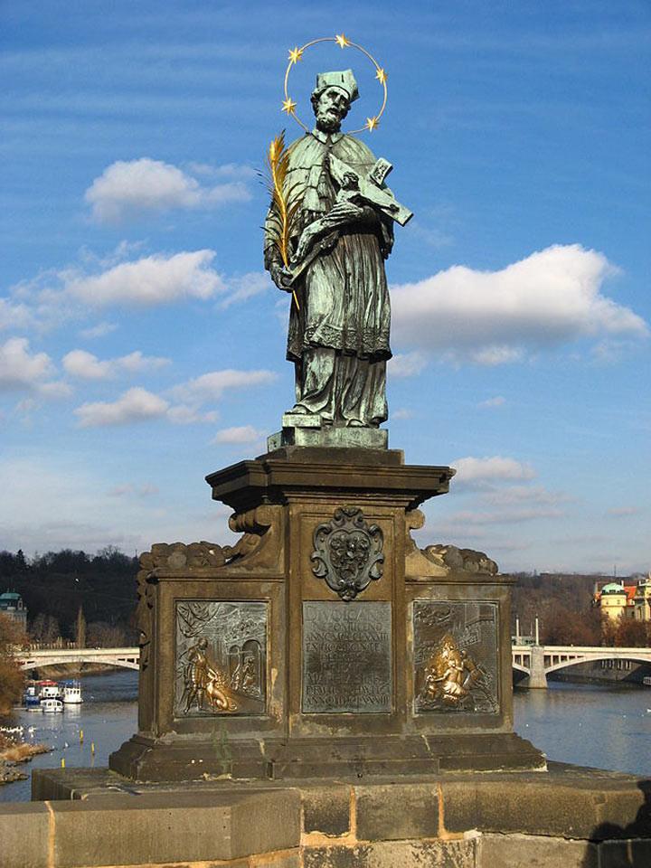 6. Статуя Яна Непомуцкого на Карловом мосту, Чехия Чтобы эта статуя помогла вам в исполнении желания