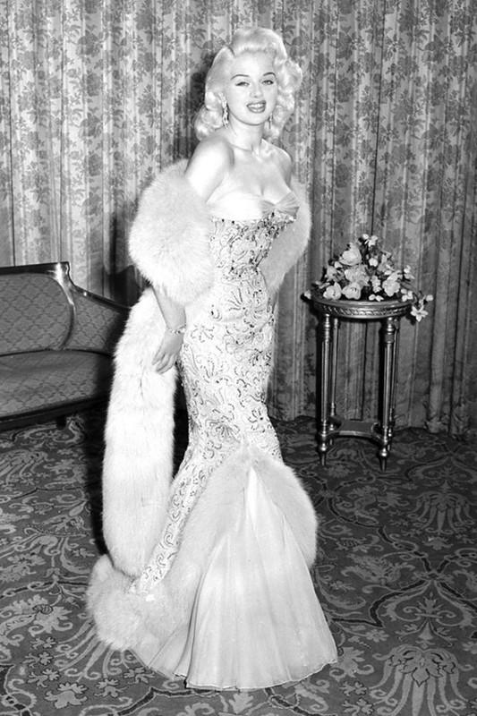 1. В 1956 году в Каннах Диана Дорс появилась в парчовом платье «Рыбий хвост». Этот наряд являлся воп