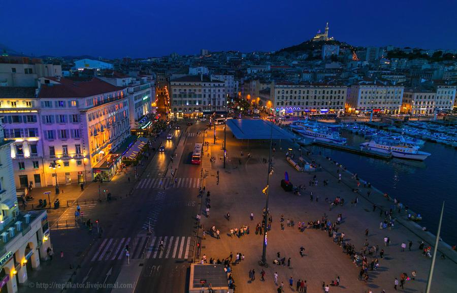 12. Вечерняя набережная Quai des Belges. Тут видна и Зеркальная крыша, под которой мы недавно шли, и