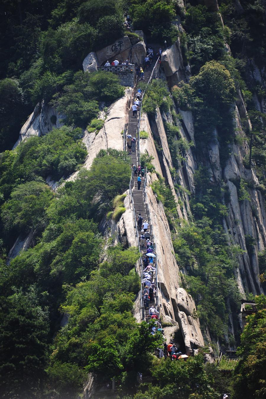 12.Попасть на вершину горы Хуашань можно как пешком, так и на фуникулере. Но паломники все же предп