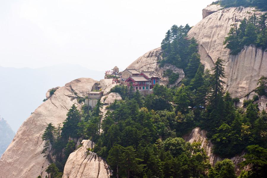 34.Добраться до горы Хуашань можно из близлежащего города Сиань. За такси, канатную дорогу и вход н