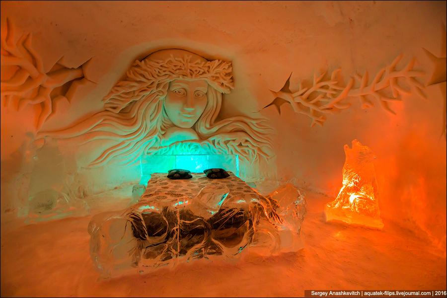 Все декорации тоже вырезаются из снега и льда. Кровати тоже во всех сюитах разные — каждая име