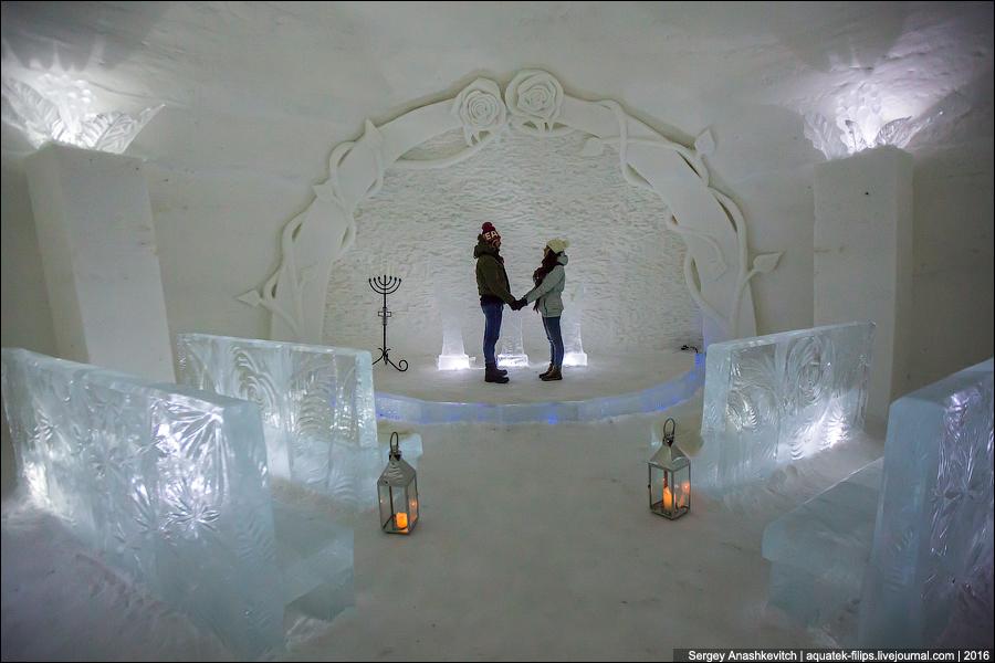 Это небольшой кинотеатр. Фильмы транслируют с помощью проектора прямо на белую снежную стену. Скамей