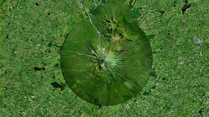 15. Гора Таранаки в Новой Зеландии и антропогенные ландшафты вокруг неё.