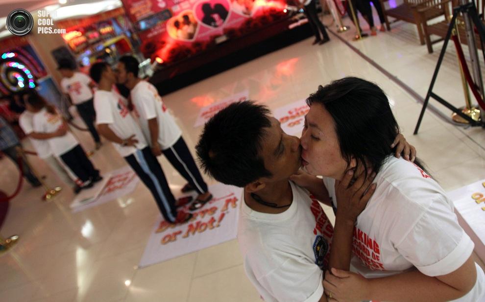 Влюбленные пары пытаются установить новый мировой рекорд. Больше половины участников уже покинул