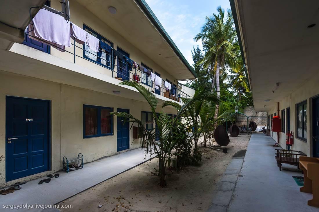 Вид острова с воздуха на наш отель-остров. На побережье гостевые виллы в густой растительности, в це