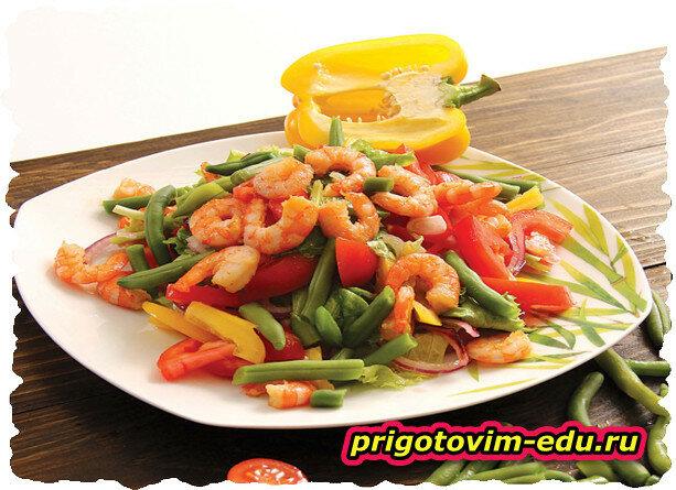 Овощной салат с креветками из мультиварки