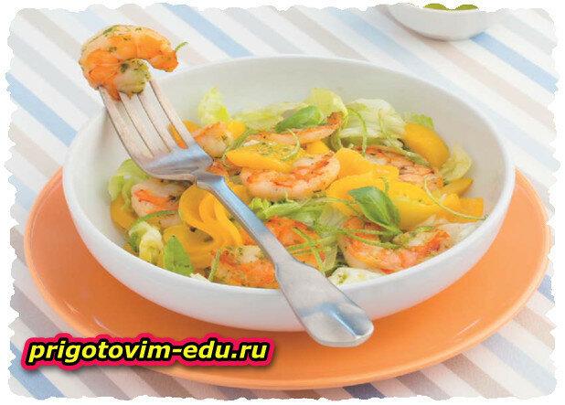 Салат с персиками и тигровыми креветками