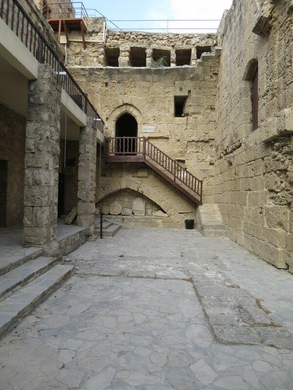 Северный угол восточной стены