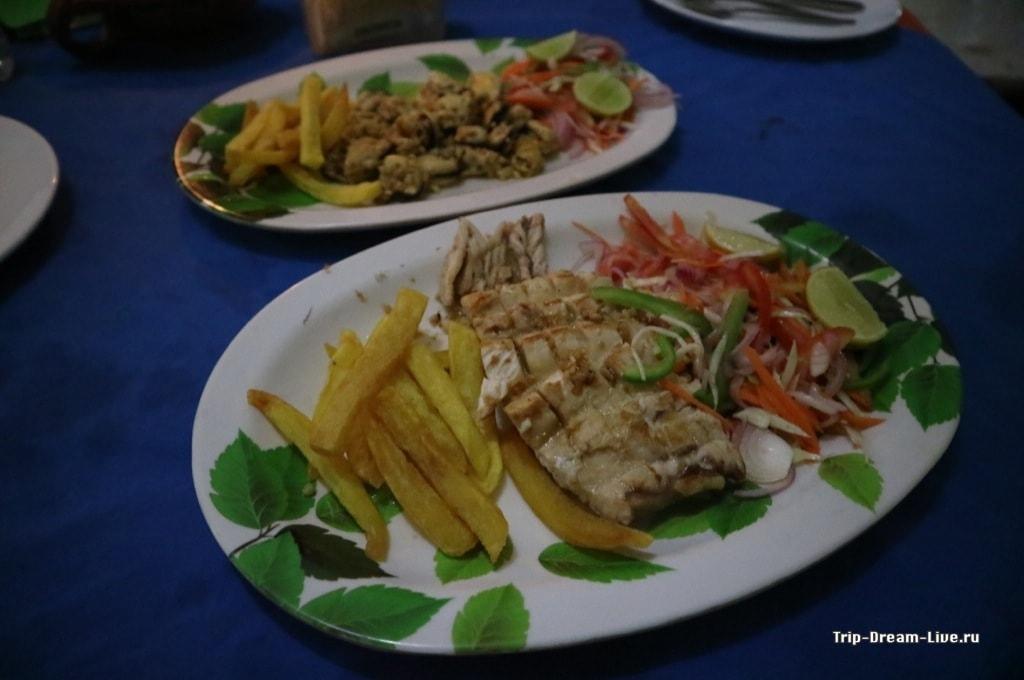 Один из наших ужинов в Керале: рыба-парус и мидии