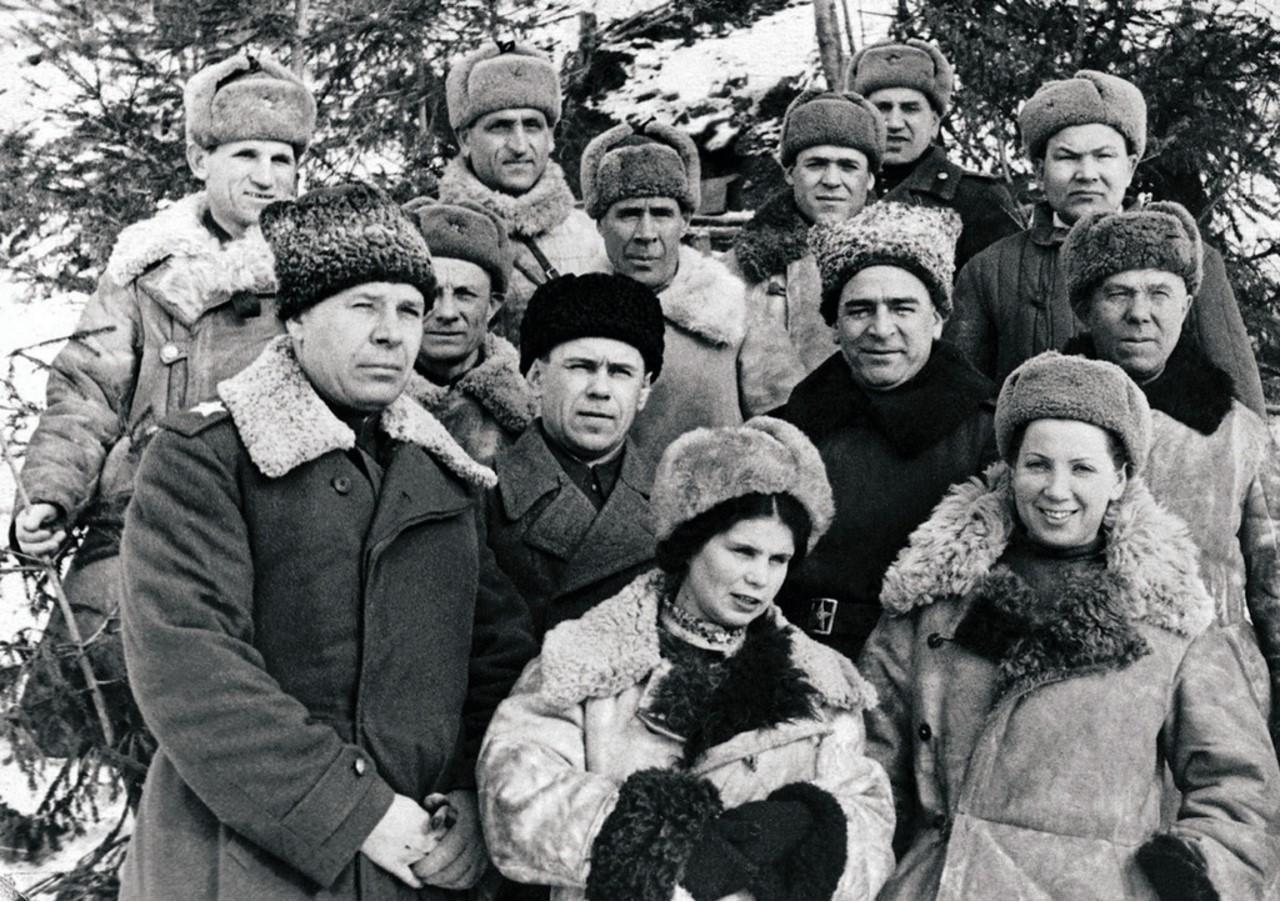 Миасская делегация треста «Миассзолото» на командном пункте Северо-Западного фронта. В первом ряду первый слева командующий фронтом Маршал Советского Союза Семен Тимошенко. 1943