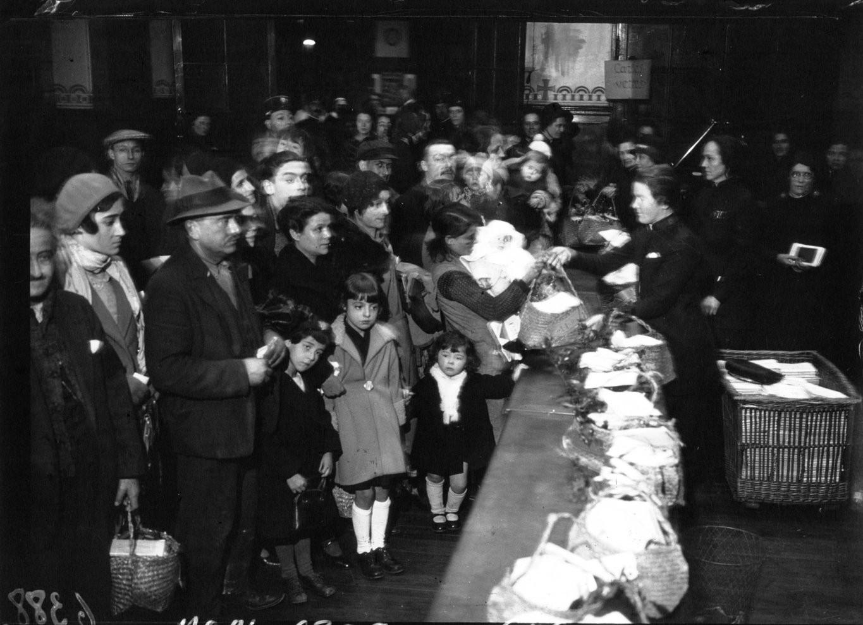 1933. Армия спасения. Распределение продуктовых корзин для бедных детей Парижа