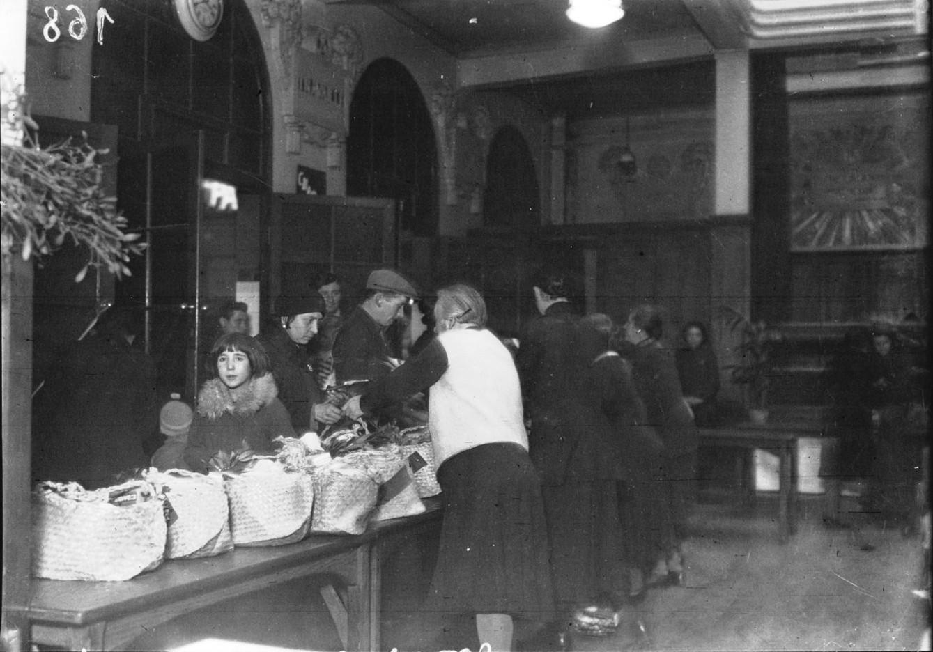 1933. Армия спасения. Рождественские корзины для распределения многодетным семьям