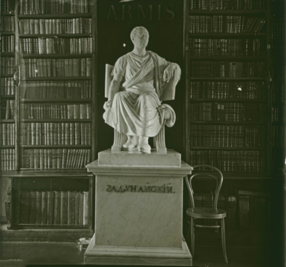 18. Скульптура графа Румянцева-Задунайского в читальном зале