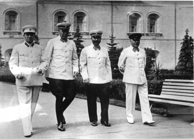 1940. В саду Московского Кремля. Ворошилов, Буденный, Тимошенко и Мехлис