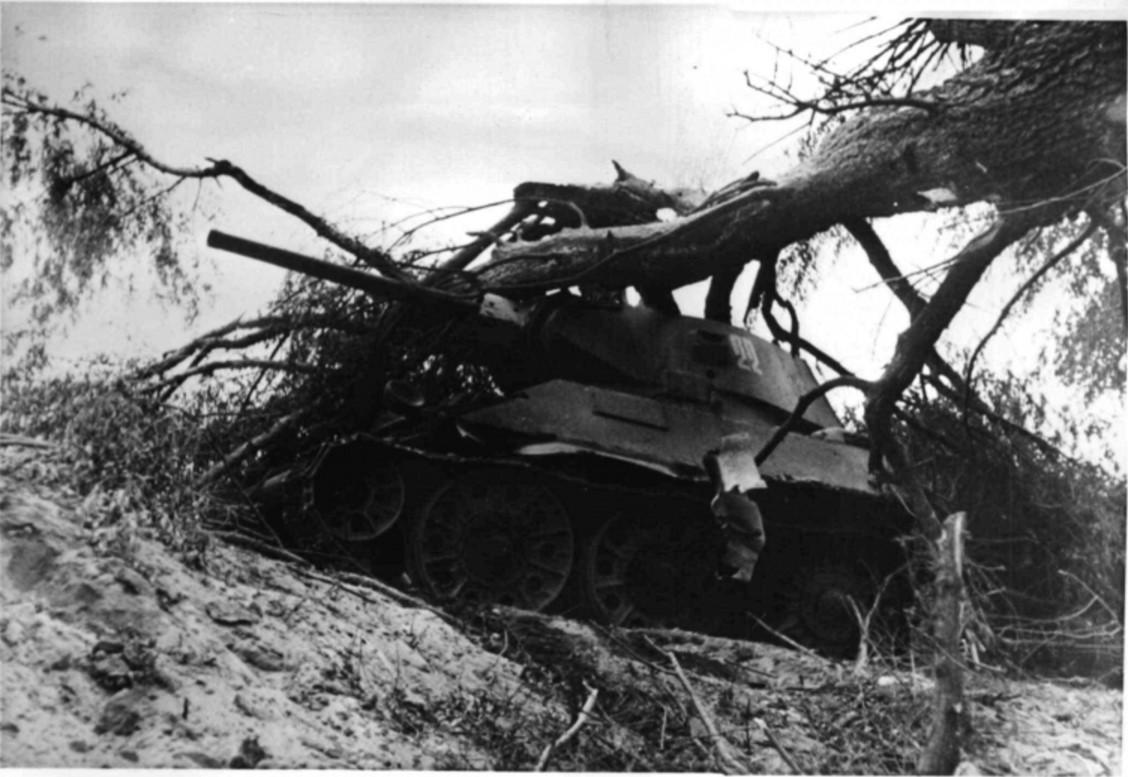 1942. Подбитый T-34 на окраине Сталинграда