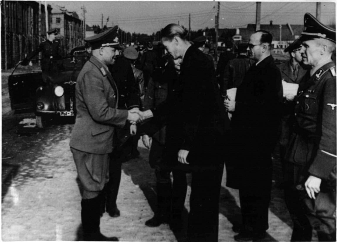 1943. Генерал-комиссар Генерального округа Белоруссия Вильгельм Кубе приветствует обергруппенфюрера СС Эрнста Заукеля в Минске