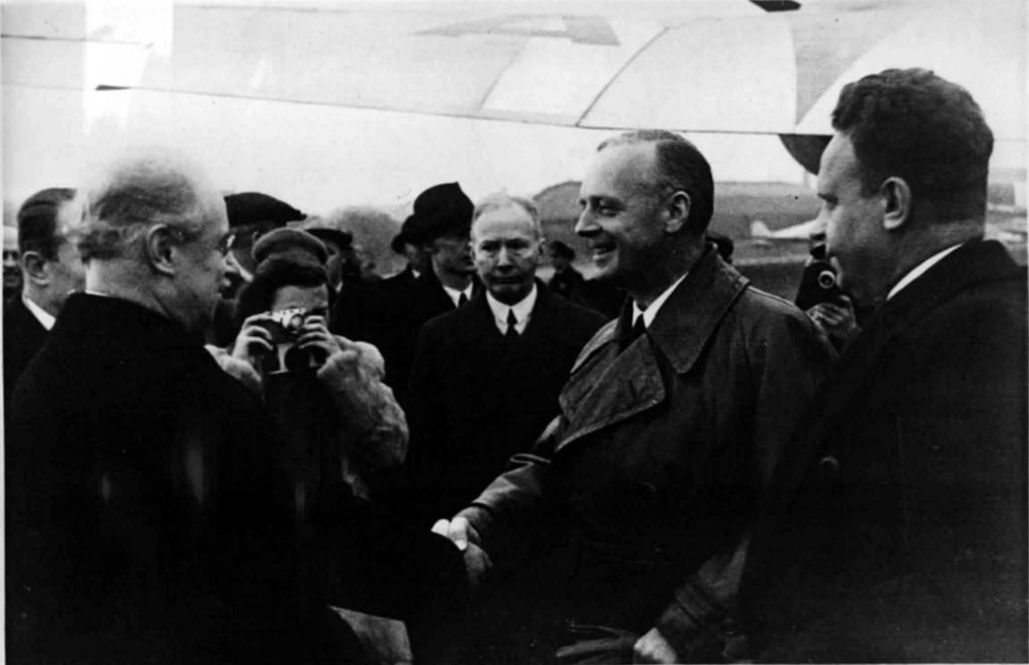 1939.29.09. Риббентроп  на Центральном аэродроме в Москве