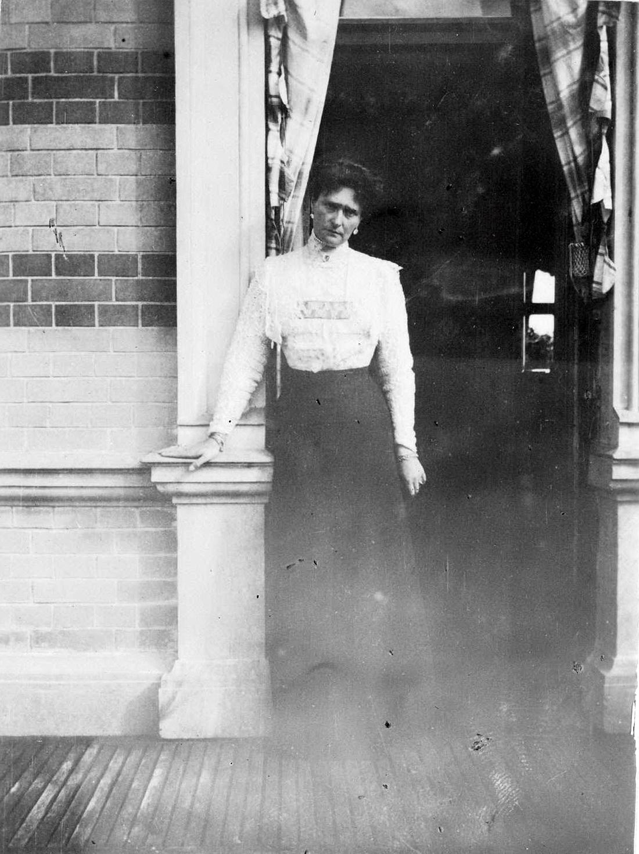 1909. Александра Фёдоровна на балконе Нижней дачи