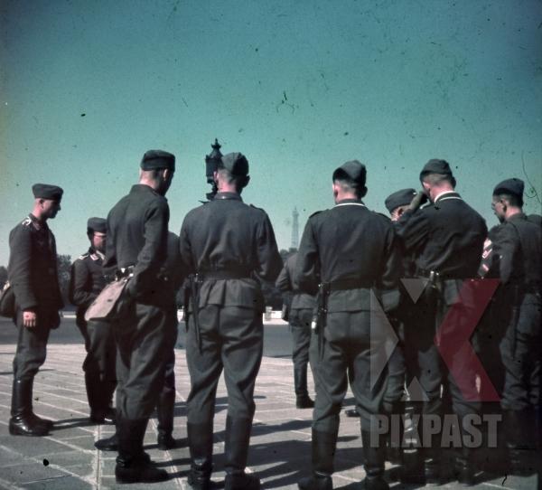 stock-photo-german-soldiers-officers-tourist-visit-paris-france-1940-flak-luftwaffe-airforce-unit-9683.jpg