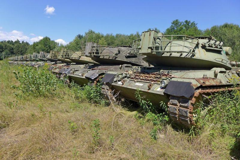 Abandoned-Italian-Army-tanks-and-mothballed-armoured-personnel-carriers-3.jpg