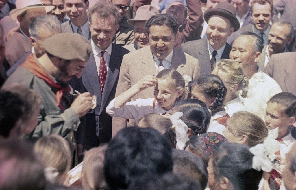 1963 Визит Фиделя Кастро в СССР. Встреча с пионерами Узбекистана. Василий Малышев, РИА Новости.jpg